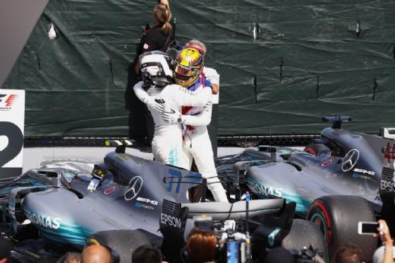 L'abbraccio dopo la doppietta tra i compagni di squadra Hamilton e Valtteri Bottas
