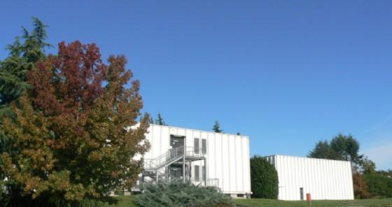 Immagine dell'esterno della scuola superiore (© Liceo Cossatese)