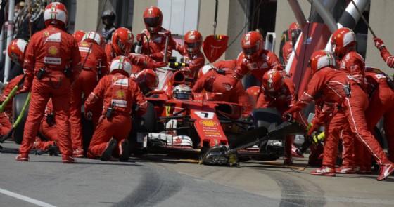 La vettura di Kimi Raikkonen ferma ai box durante il pit stop a Montreal
