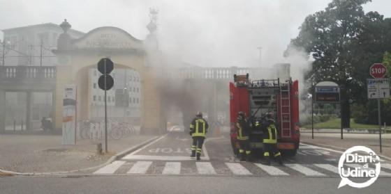 L'auto andata a fuoco davanti al parcheggio Moretti (© Diario d Udine)