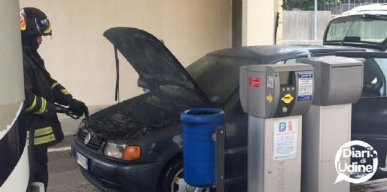 L'auto andata a fuoco davanti al parcheggio Moretti