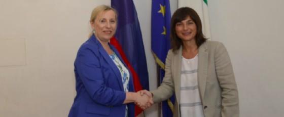La presidente della Regione con la console generale della Repubblica di Slovenia a Trieste, Ingrid Sergas (© Regione Friuli Venezia Giulia)