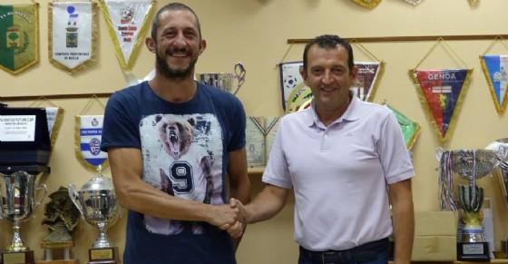 Il direttore sportivo Roberto Mortarino è insieme con il nuovo componente della squadra Pierobon (© A.S.D. La Biellese)