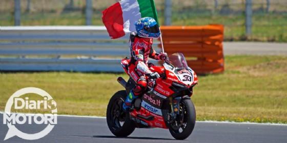 Marco Melandri esulta con la bandiera italiana per la sua vittoria in gara-2 a Misano