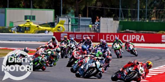 La partenza della seconda manche del Mondiale Superbike sul circuito romagnolo