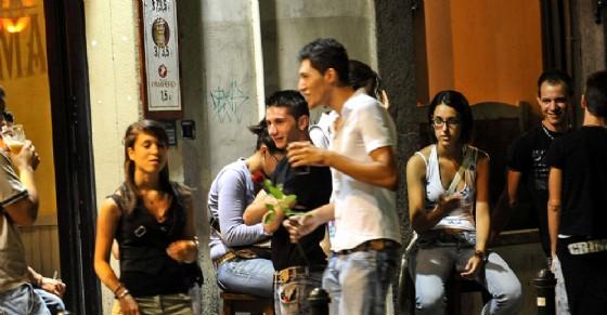Carabinieri fermano venditori di birre abusivi: accerchiati da 50 ragazzi