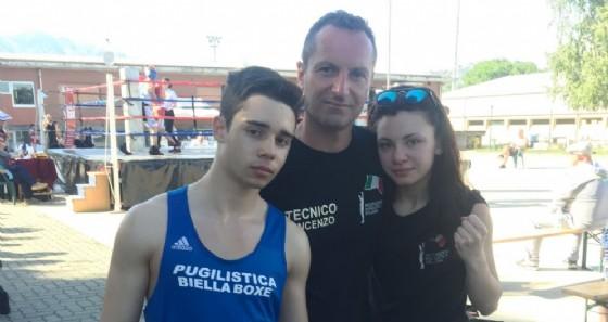 Il pugile Elite Emil Mingardo e Asia Vialardi, insieme con l'allenatore Vincenzo Frascella (© Biella Boxe)