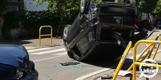 Scontro in Chiavris: una 500L finisce ruote all'aria (© Diario di Udine)