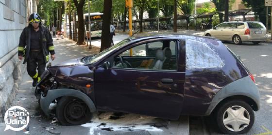 Auto sbanda e finisce contro il muro di un palazzo (© Diario di Udine)