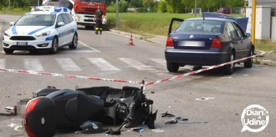 Scontro tra auto e scooter: in sue finiscono all'ospedale (© Diario di Udine)