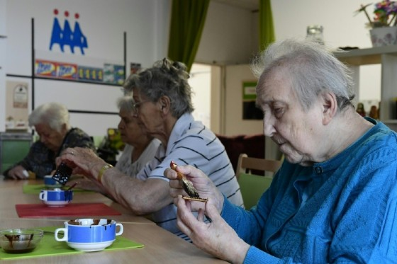 Making a chocolate biscuit cake, popular in communist East Germany, is one way of helping revive memories as part of the innovative treatment for dementia patients