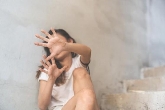 Roma: 28enne del Bangladesh tenta di violentare una 17enne, lei lo accoltella
