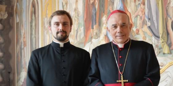 Don Alessandro Fontaine assieme all'Arcivescovo di Udine, mons. Andrea Bruno Mazzocato (© Arcidiocesi Ud)