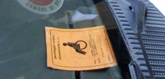 Usa il pass disabili di una persona morta da tre anni: sanzionato (© ANSA)