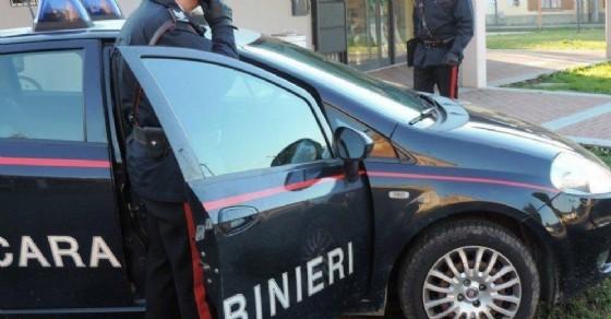 Beve troppo e perde il controllo lanciando sedie dalla finestre e minacciando i carabinieri (© Diario di Udine)