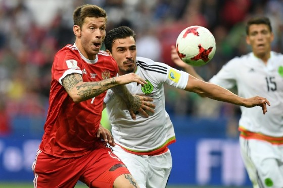 Russia's forward Fedor Smolov (L) vies for the ball against Mexico's defender Diego Reyes during the 2017 Confederations Cup group A football match June 24, 2017