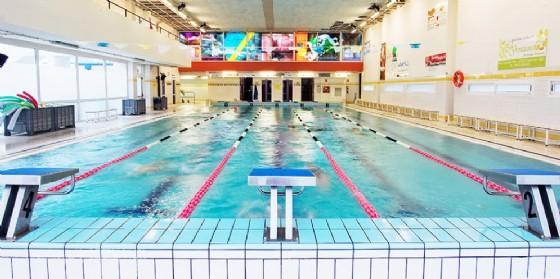 Vetrata cade in piscina: ferito un uomo (© www.piscinekuma.it)