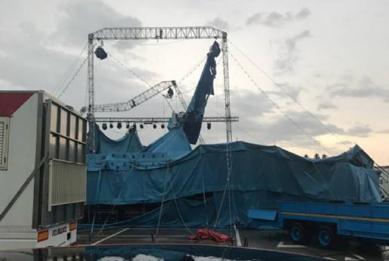Il forte vento abbatte il tendone del circo (© Nicolina Snidero)