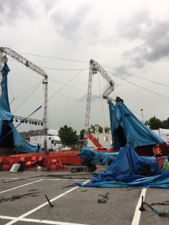 Il forte vento abbatte il tendone del circo