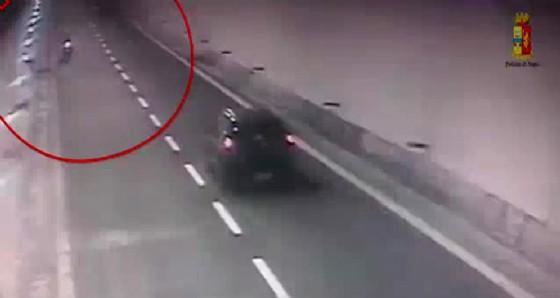 Provoca un incidente e poi fugge in contromano in autostrada