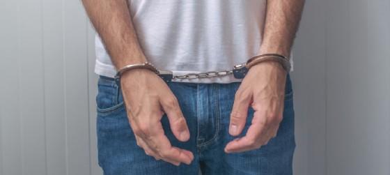 Tenta di uscire dal negozio con indosso 4 paia di pantaloni, senza pagare: arrestato (© AdobeStock | Bits and Splits)