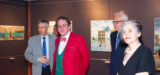 """Un momento dell'inaugurazione della mostra """"Cristalli silenti"""" del pittore-architetto Carmelo Nino Trovato (© Comune di Trieste)"""