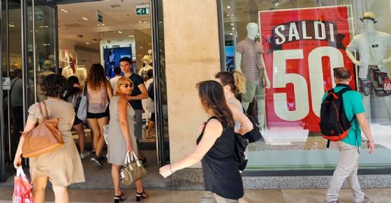 Al via la stagione dei saldi, negozi aperti anche in serata per l ...