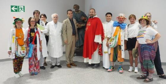 Foto di gruppo dopo la benedizione della statua di San Pietro