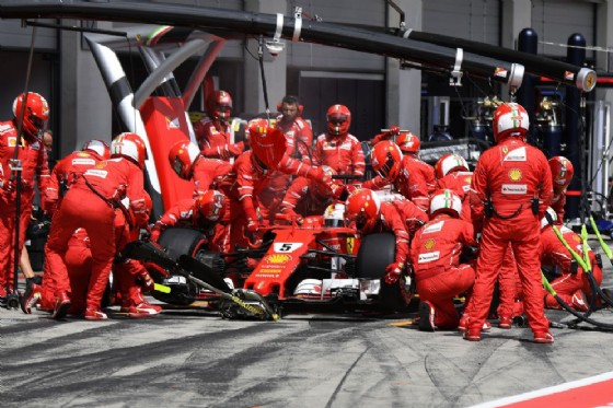 La Ferrari di Vettel ferma ai box