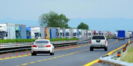 L'urto tra i due mezzi in A4, all'altezza dello svincolo con la A28 in direzione Trieste, ha provocato circa due chilometri di coda (© Autovie Venete)