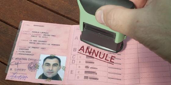 Esibisce agli agenti una patente falsa, denunciato dalla Polizia Locale (© Adobe Stock)