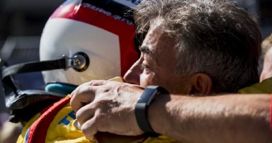 Giuliano Alesi abbraccia papà Jean dopo il podio conquistato in Austria