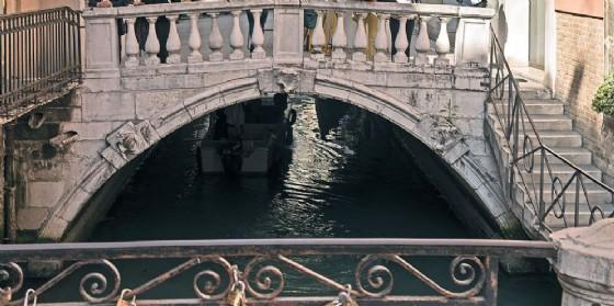 Venezia: chiuso per rischio crollo il ponte dei Bareteri