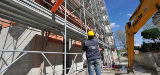 Controlli serrati nei cantieri edili: 5 violazioni accertate (© Archivio Ansa)