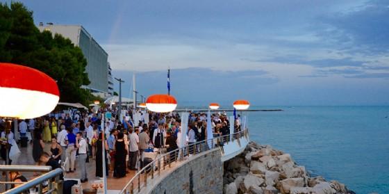 """Al tramonto sulla passeggiata a mare di Grado """"Cena Spettacolo"""" dei Solisti del Gusto di Fvg Via dei Sapori (© Fvg Via dei Sapori)"""