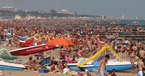 Malori in spiaggia a Jesolo, donna muore