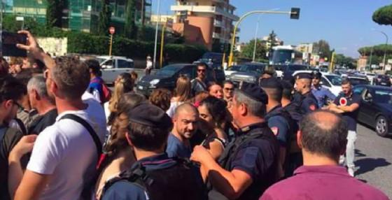 I candidati si sono riversati sull'Aurelia per protestare (© Diario di Udine)