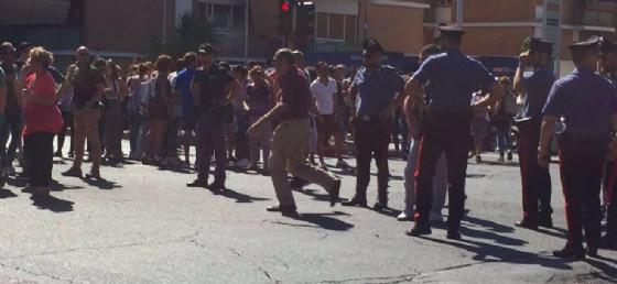 I candidati si sono riversati sull'Aurelia per protestare