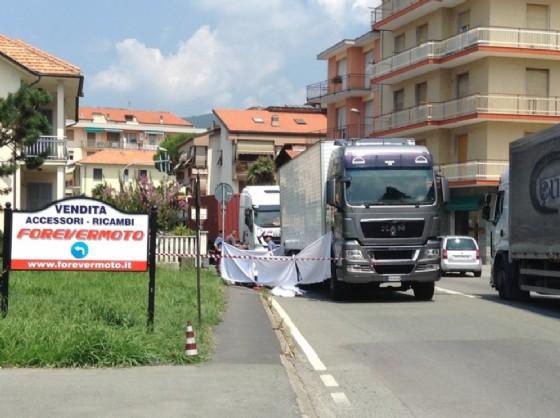 Incidente mortale a Cogorno, scooterista sotto un camion
