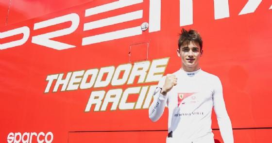 Charles Leclerc esulta per la pole position a Silverstone