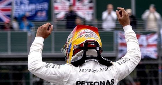 Lewis Hamilton esulta per la pole position davanti al suo pubblico di casa a Silverstone