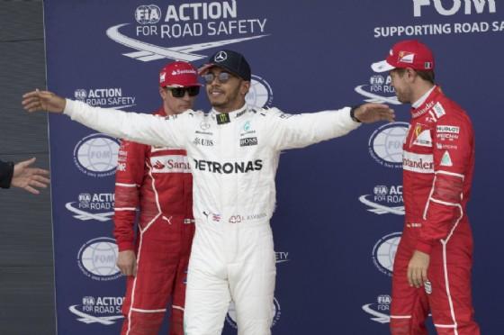 Hamilton davanti ai due piloti della Ferrari, Raikkonen e Vettel, che ha battuto in qualifica