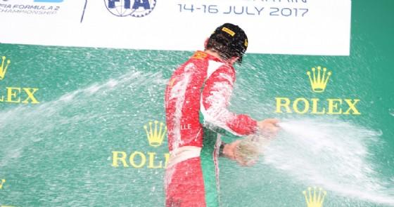 Charles Leclerc spruzza lo champagne sul gradino più alto del podio a Silverstone