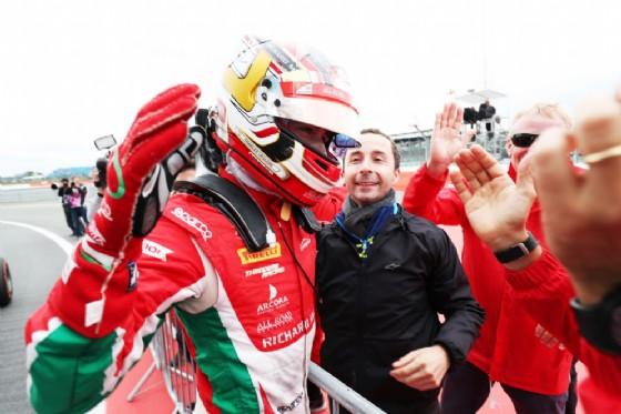 Leclerc festeggia la vittoria con il team Prema