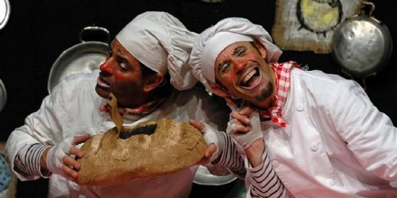 """""""Insegui la tua storia"""": a Romans d'Isonzo spettacolo dei fratelli Caproni 'L'omino del pane e l'omino della mela' (© Foto Roberto Rognoni)"""
