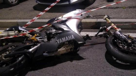 La moto sull'asfalto (© ANSA)