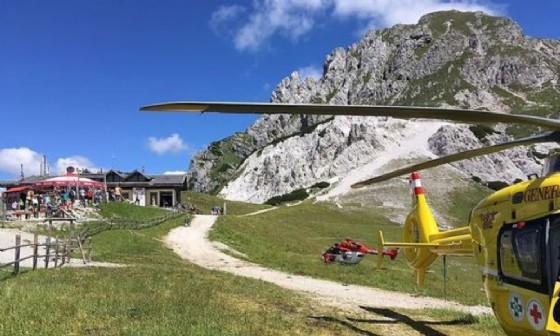 Gli elicotteri atterrati nell'area di Passo Pramollo (© ARA Flugrettung)