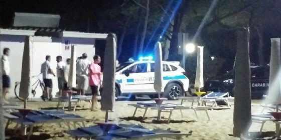 Ragazzini improvvisano un falò in spiaggia: intervengono i Vigili del Fuoco (© G.G.)