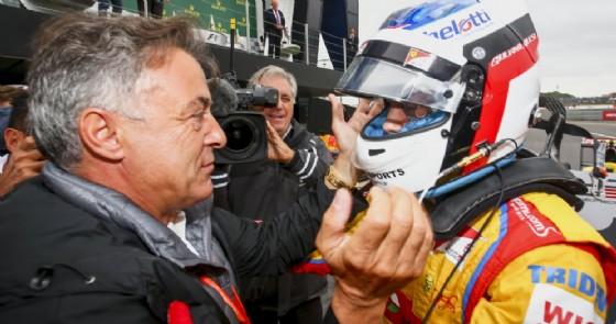 Jean Alesi abbraccia suo figlio Giuliano dopo la vittoria a Silverstone