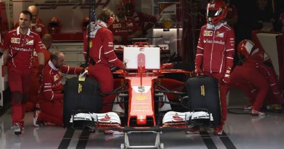 La macchina di Sebastian Vettel ferma nel garage